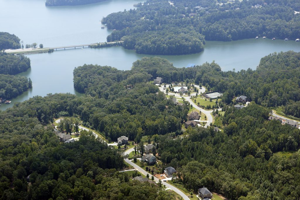 homes on lake lanier