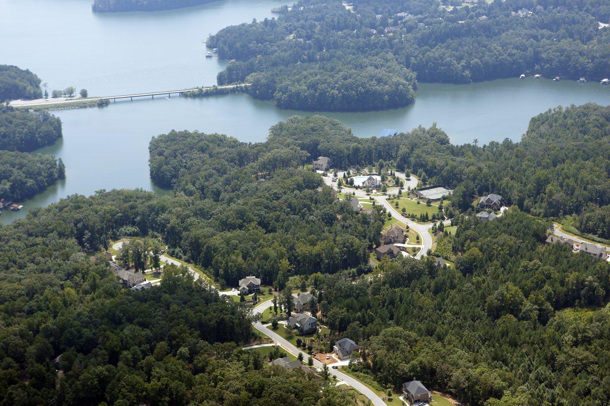 homes on lake lanier